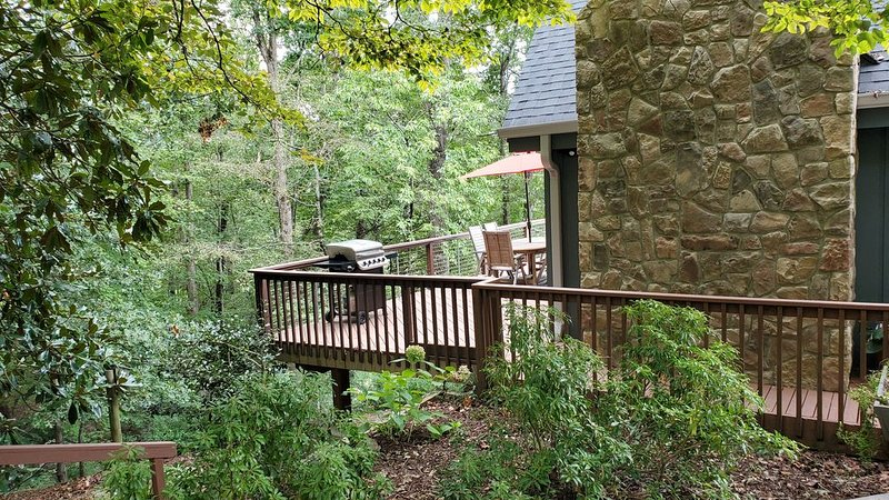 AMAZING 1st Year Rates - Walk to Lake & Resort! Watch Golf from Deck!, alquiler de vacaciones en Lake Lure