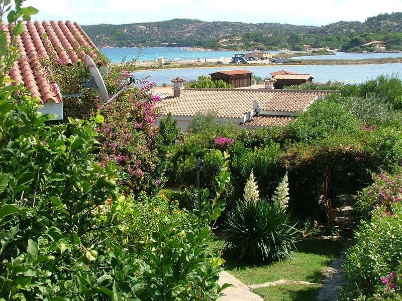 Grazioso appartamento con giardino a 100 mt dal mare, vacation rental in Porto Taverna
