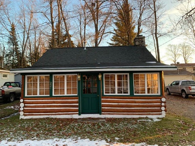 Cozy, Rustic, Log Cabin- HOUGHTON LAKE! Social distance up north! Summer open!!, vacation rental in Houghton Lake