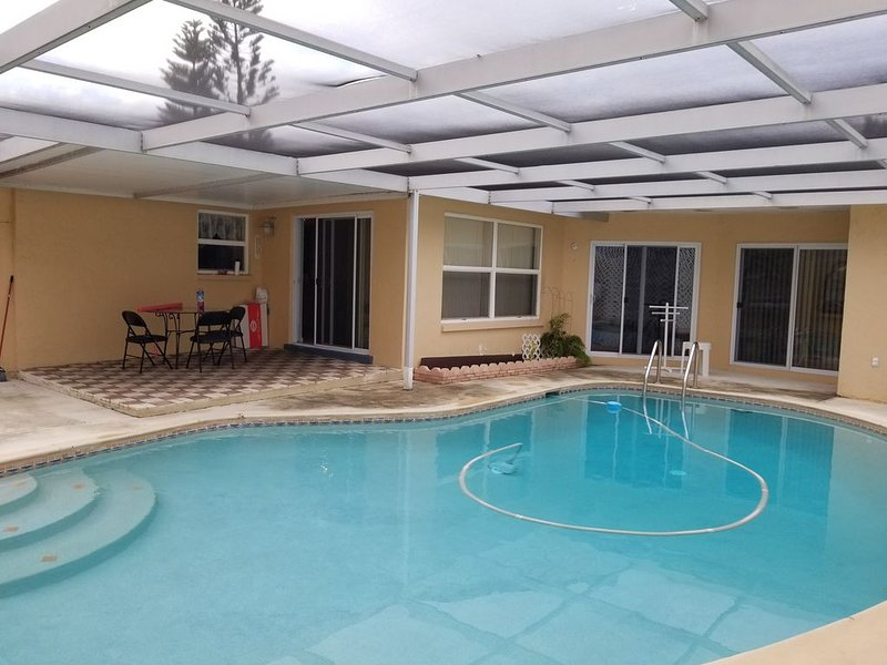 My house has3 bdr, 2.5 bath with outdoor pool; it has a hot tub for you to enjoy, alquiler de vacaciones en Port Richey