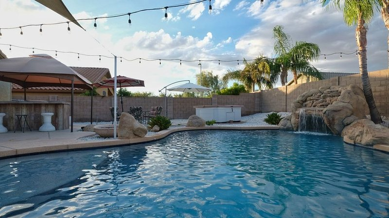 Resort Living - private setting, heated pool,  Easy access to major sites/events, alquiler vacacional en Peoria