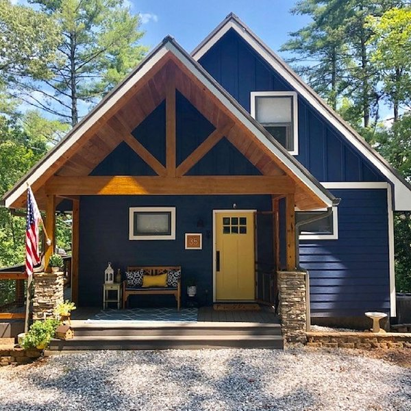 Lake Nottley NEW to VRBO, Luxury ON Deep Water, Dock, Deck, Kayaks, Paddle board, location de vacances à Blairsville