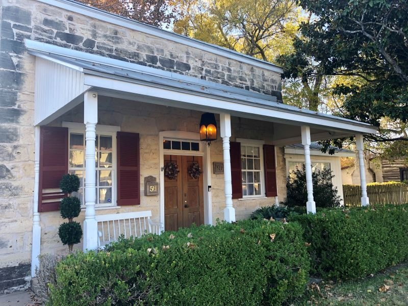 Hoffmann Stone House   2/1.5 Stone Cottage   Close to Main St Fun, vacation rental in Fredericksburg