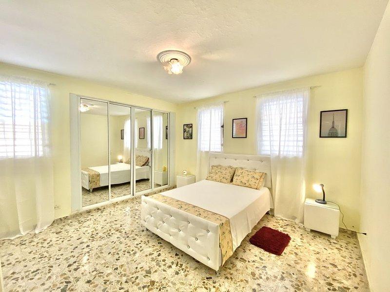 Habitación grande en Villa Olga, centro de Santiago. Cerca de todo importante, alquiler de vacaciones en Salcedo