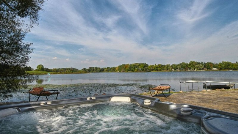 Waterfront House on Stony Lake! Hot Tub, Boats, Sand, Fishing on a Quiet Lake, location de vacances à Adrian