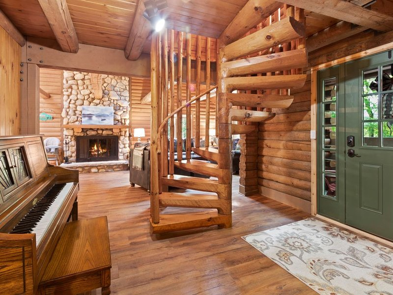 Beautifully Updated Log Cabin with Golf Cart! - Abbey Springs Lake House, casa vacanza a Fontana
