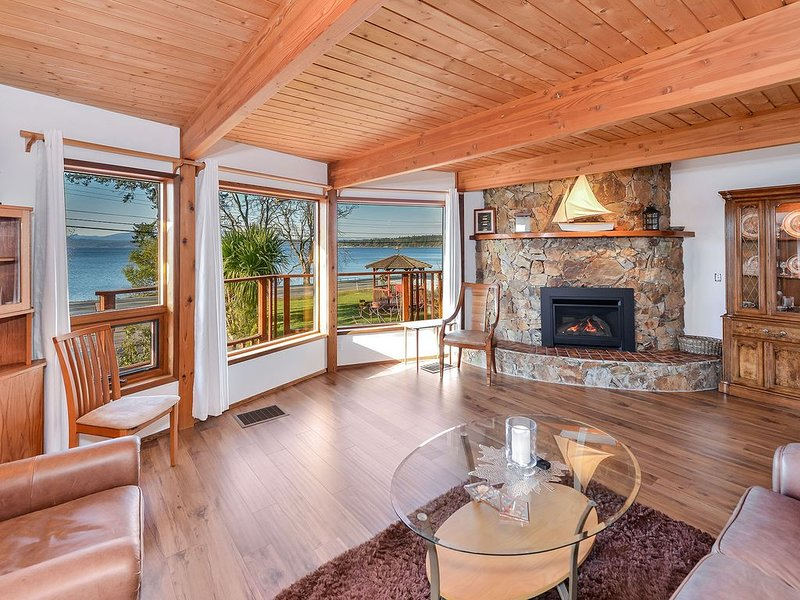 Oceanview 3 Bedroom Lindal Beach Home on Patricia Bay, holiday rental in Saanichton