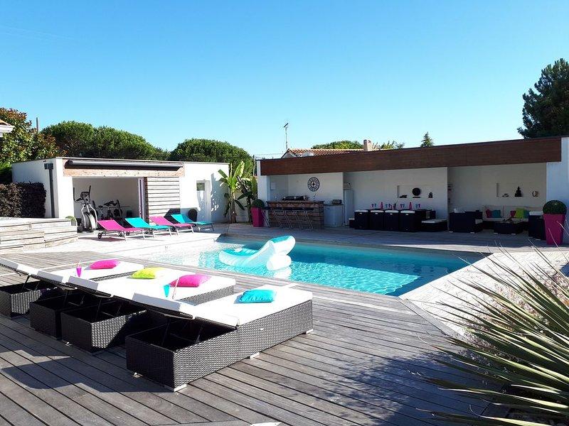 Villa avec piscine chauffée, jacuzzi, salle de sport et pool house/ 10 pers, location de vacances à Biscarrosse