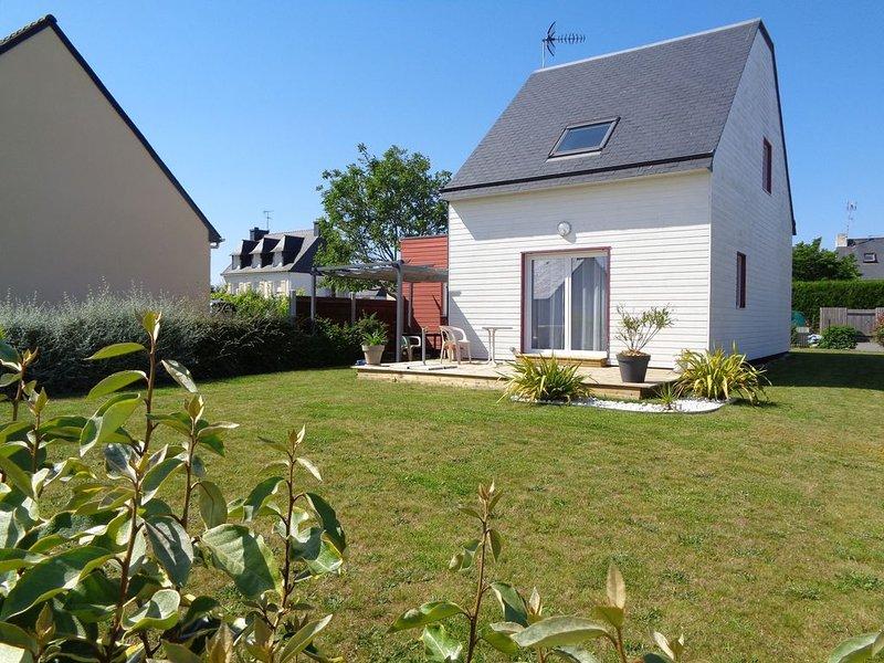 maison proximité plages et chemins de randonnée, holiday rental in Doelan
