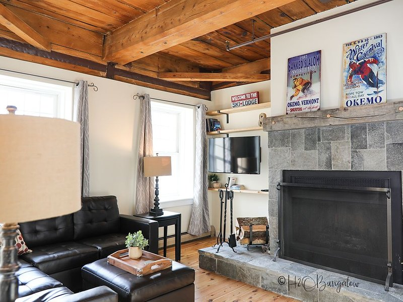 2 Bed Fireplace Condo In the Heart of Town On Shuttle Route 1 Mile to Okemo – semesterbostad i Ludlow