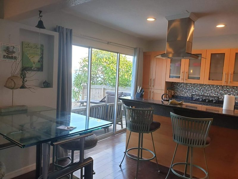 Modern 2Br/2Bath on the water with water views a dock. Walk to the beach., alquiler vacacional en South Pasadena