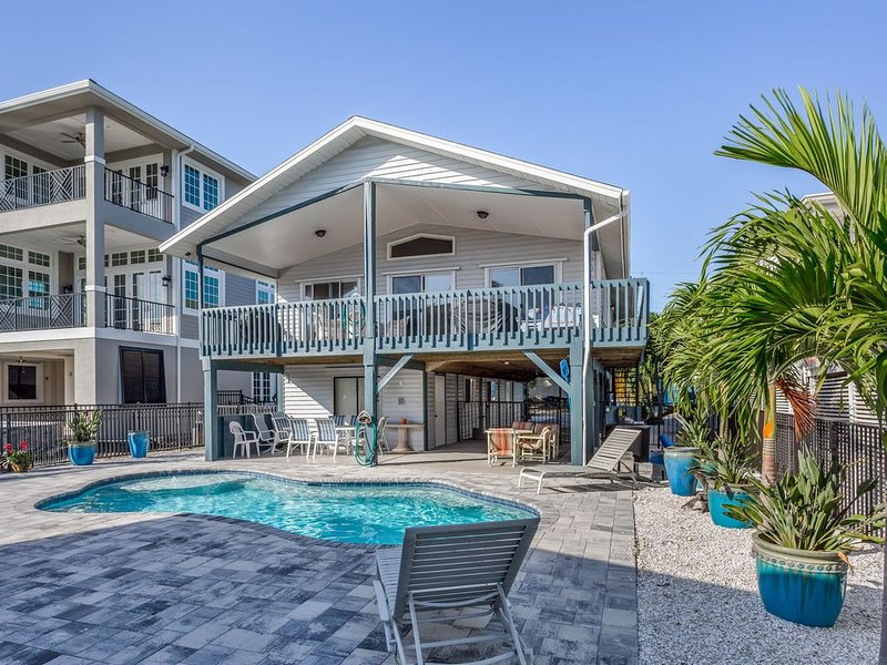 Beachy waterfront home w/ Gulf views, private pool - short walk to the beach!, vacation rental in Fort Myers Beach