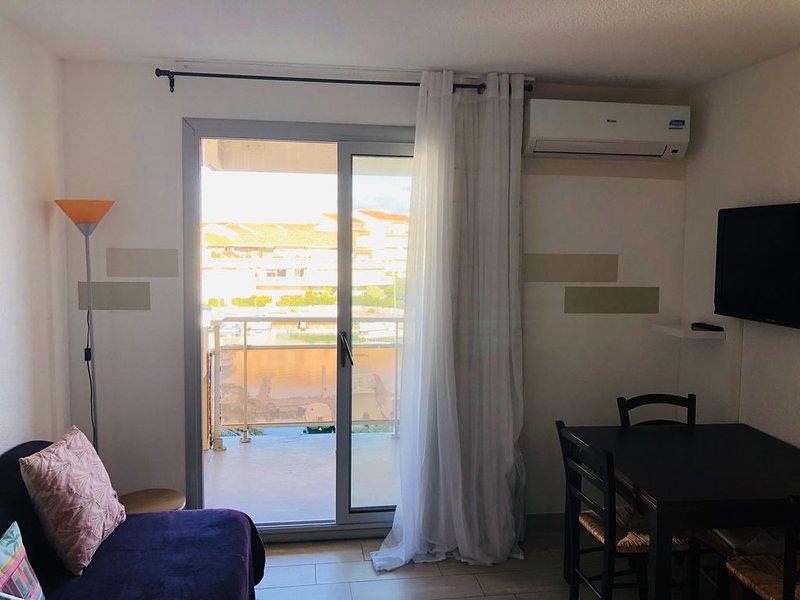 Appartement vue sur le port climatisé, holiday rental in Canet-en-Roussillon