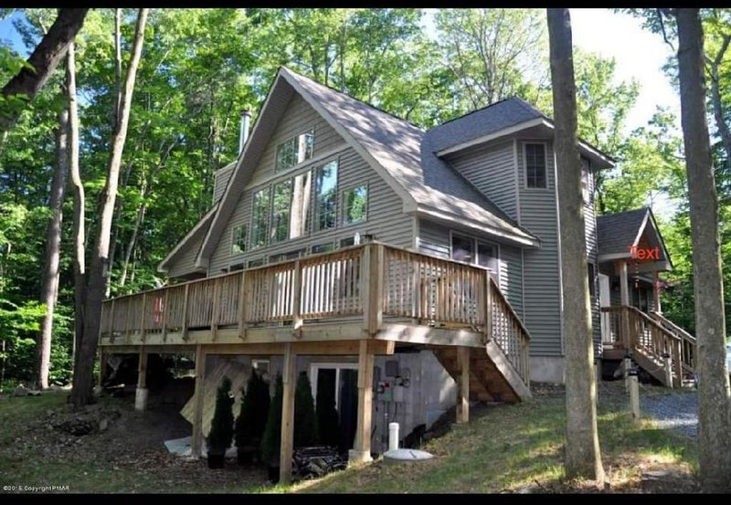 ***Secluded 3B/3B Chalet  just outside Arrowhead Lake!Private n security patrol, vacation rental in Thornhurst