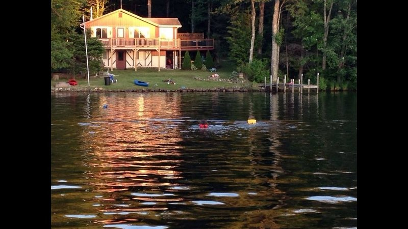 Beautiful Lake Front home with amazing sunsets...., location de vacances à Barrington