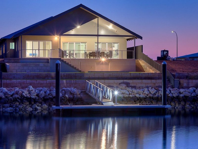 Terrific Holiday Home on the Canal with a Private Jetty, holiday rental in Exmouth