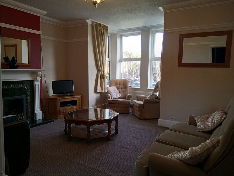 2 bedroom town centre spacious apartment with parking, location de vacances à Sewerby