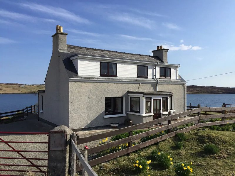 Very Private  Croft  Cottage on Scenic Sea Loch in the Wonderful Western Isles, alquiler vacacional en Carloway