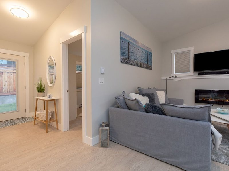 Home by the beach in a quiet neighborhood, holiday rental in Lantzville