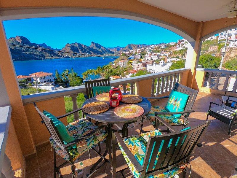 Pristine Blue Bay Beach House with Panoramic Views, casa vacanza a San Carlos