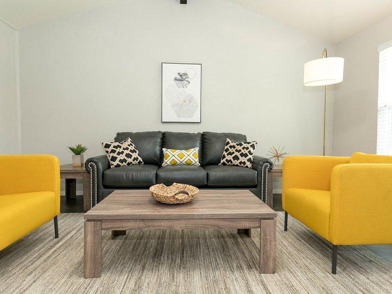 Salon avec canapé-lit et grande télévision connectée