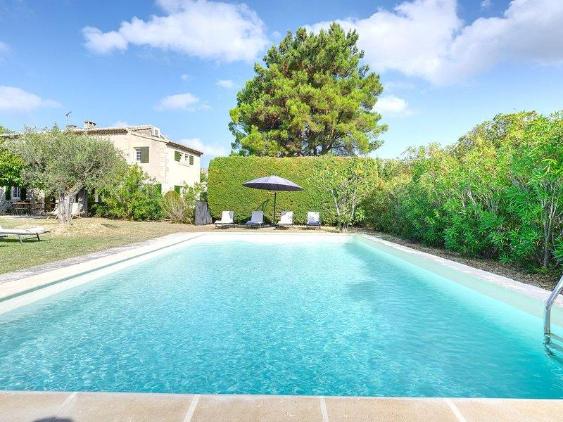 Charmant Mas Familial en Provence, grande piscine et parc arboré, centre village, location de vacances à Paradou