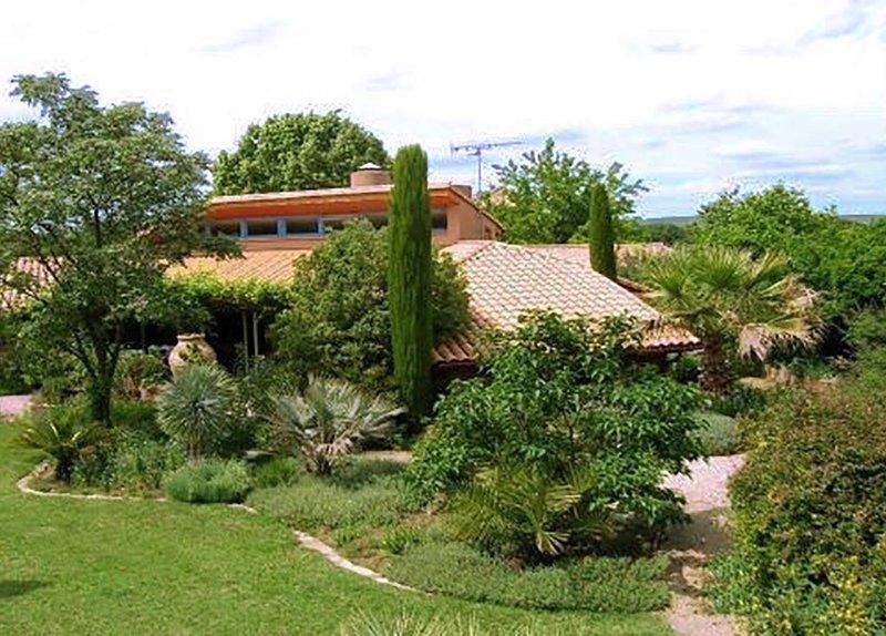 Villa d'architecte atypique avec grand jardin, superbe espace piscine dans Uzès, holiday rental in Serviers-et-Labaume