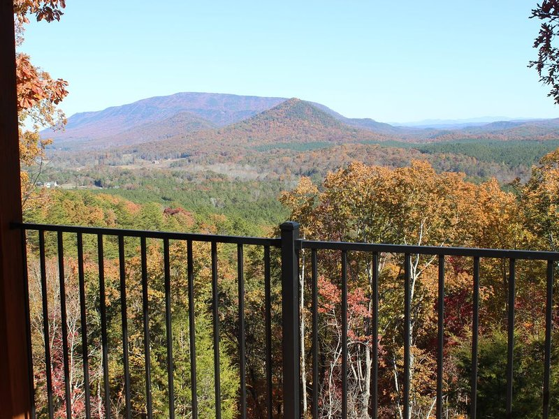 Cabin with Amazing mountain views!, holiday rental in Calhoun