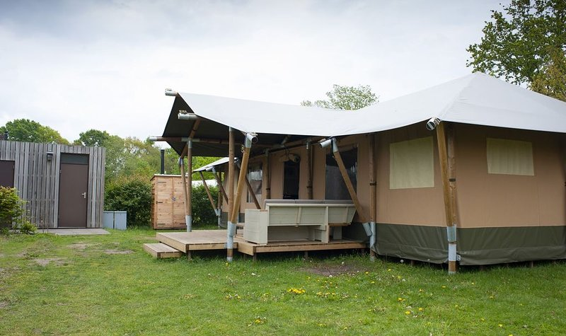 Luxury Safari Villa for 12 people on the Veluwe!, vacation rental in Stroe