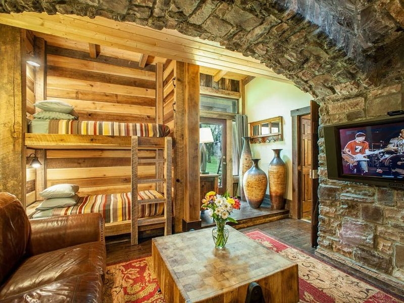 The Bunkhouse at the Dark Horse Recording Estate, vacation rental in Fairview