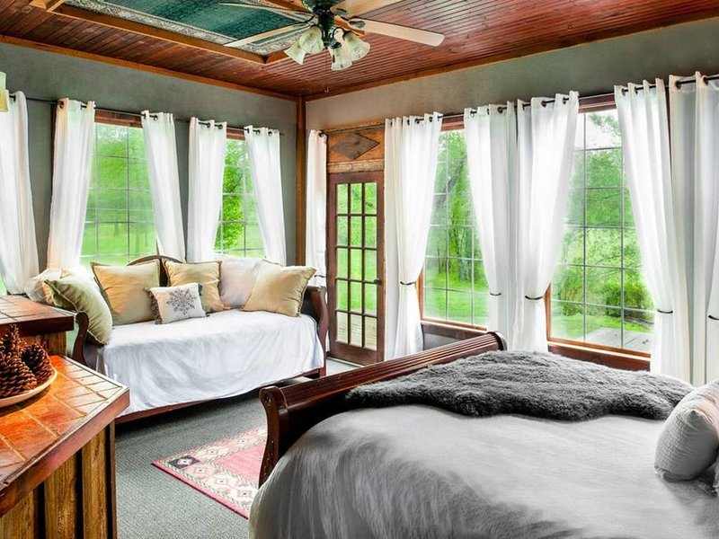The GATEHOUSE at Dark Horse Estate, vacation rental in Fairview