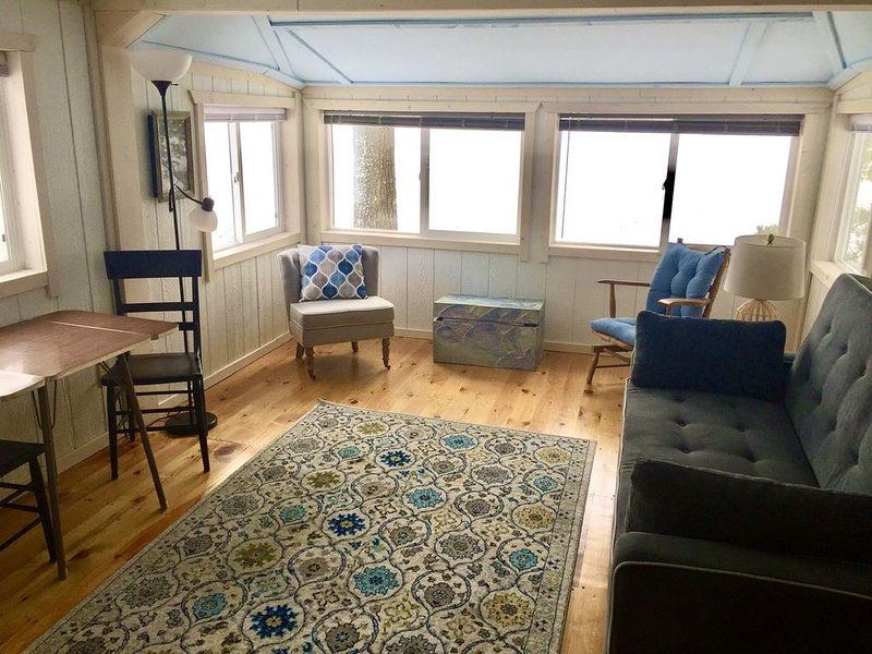 Escape to lakeside in the Loon Cabin at Culhane Lake Resort., holiday rental in Newberry
