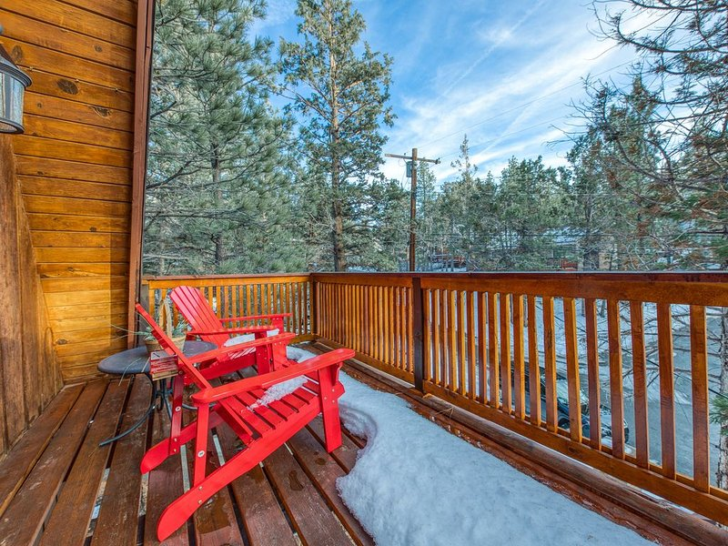 Dog-friendly A-frame cabin with balcony and beautiful mountain and forest views!, vacation rental in Big Bear City