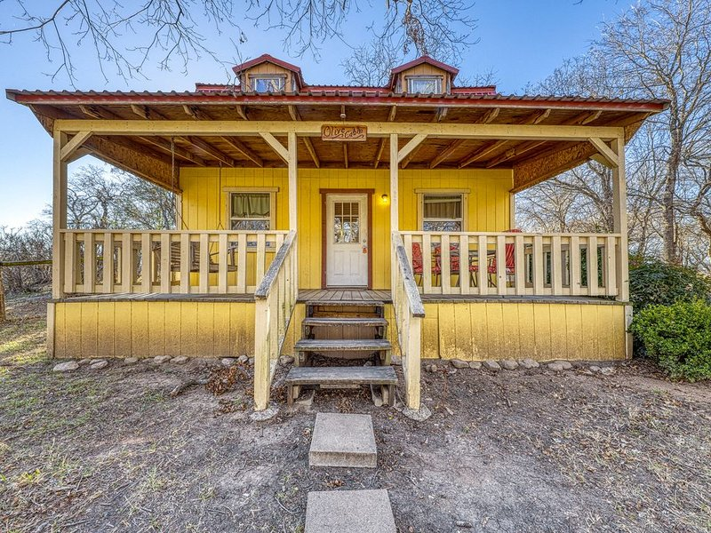 Family-friendly cabin w/ a shared hot tub, playground, & firepit!, holiday rental in Hye