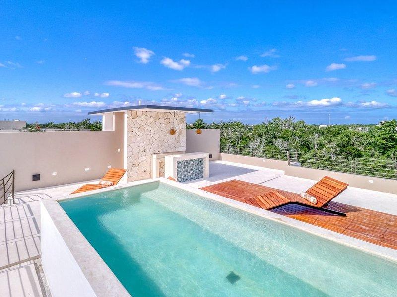 Beautiful penthouse w/ private pool, balcony, partial AC, WiFi & shared garden!, alquiler de vacaciones en Tulum Beach