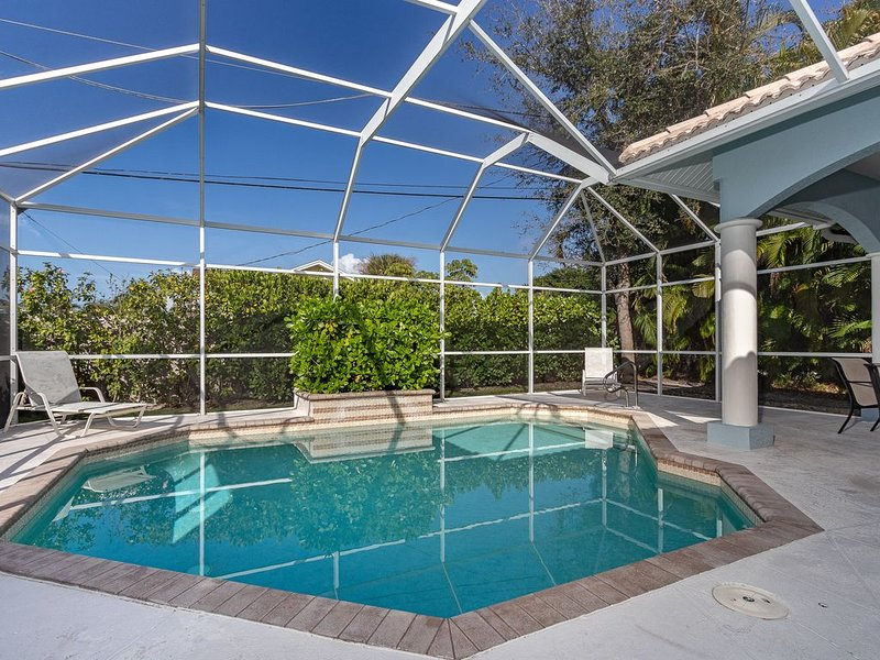 Walk Half Mile To Beach, Shops & Dining! Waterfall Private Pool, Walk To Mercato, alquiler de vacaciones en Vanderbilt Beach