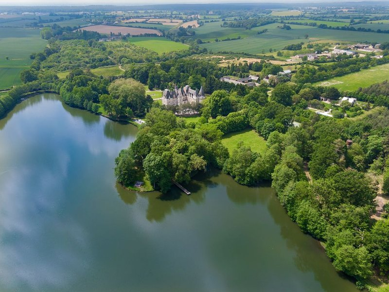 Luxury Lakeside Castle, Island, Pool & 100+ Acres As Featured On Live With Kelly, holiday rental in Grez Neuville