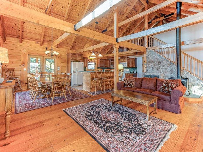 Dog-friendly, lake view cabin w/ furnished decks, Ping-Pong & darts! – semesterbostad i Gordonsville