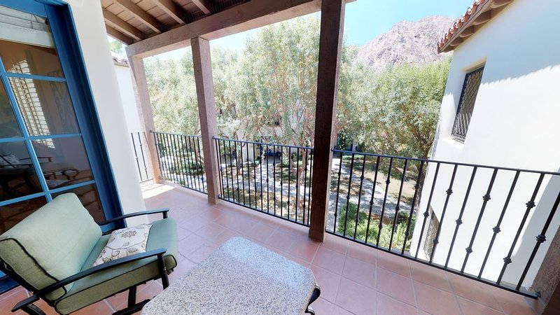 An Upstairs One Bedroom with a King Bed Just Steps from the Pool and Hot Tub!, holiday rental in La Quinta