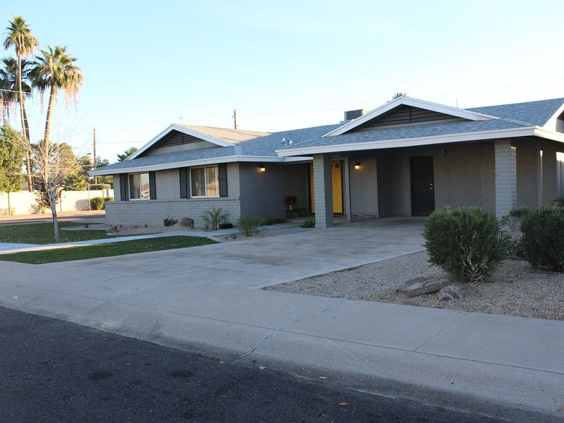 Comfortable Central Tempe Remodel - 2 miles to ASU & Downtown, holiday rental in Tempe
