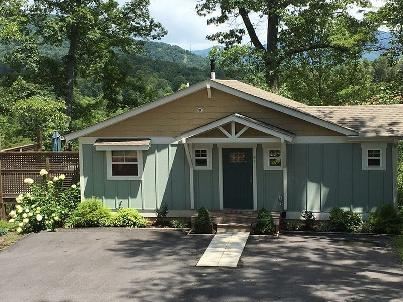 Cottage with Mountain Views and Advanced Cleaning Practices, holiday rental in Weaverville