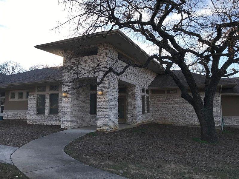 Wonderful home on tree covered 2 acre estate, aluguéis de temporada em Copper Canyon