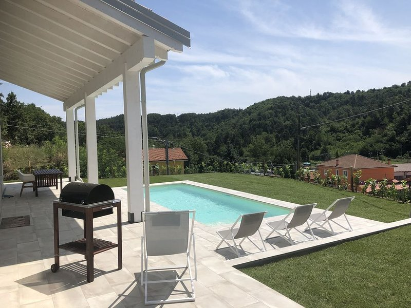 Modern villa with private pool, close to beach, wine region and great cities, alquiler vacacional en Cairo Montenotte