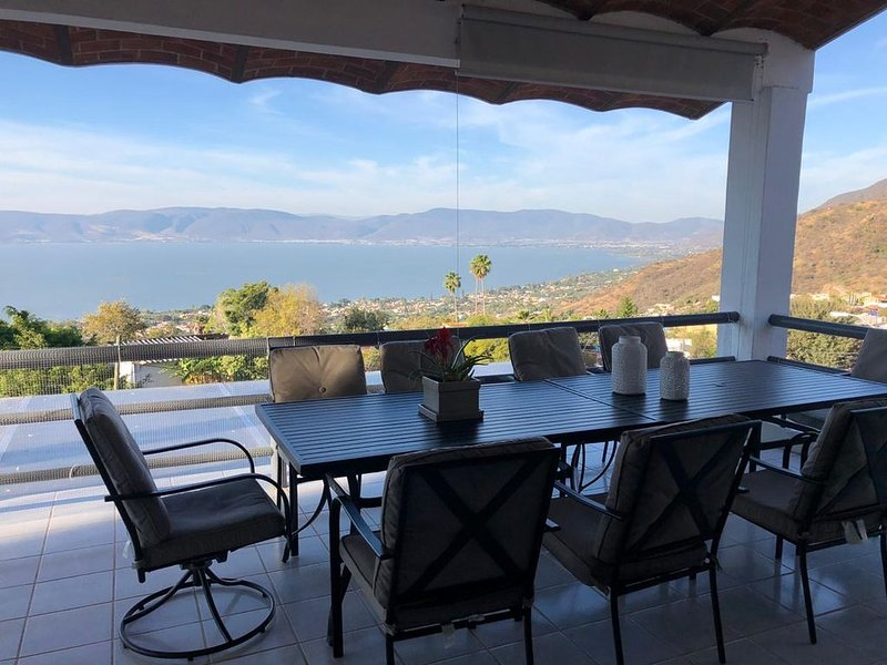HOUSE FACING CHAPALA LAKE WITH BEAUTIFUL VIEW FROM ITTERRACES 24 HOURS SECURITY, location de vacances à San Juan Cosala