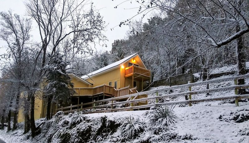 Newly Remodeled Vacation Home in the Mountains - Upstairs Balconies, Patios &..., holiday rental in Mascot