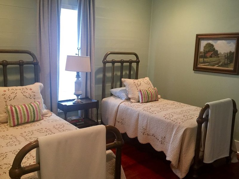 Sugarlumps Guesthouse restored beyond original beauty, Round Top A&M Blue Bell, holiday rental in Brenham