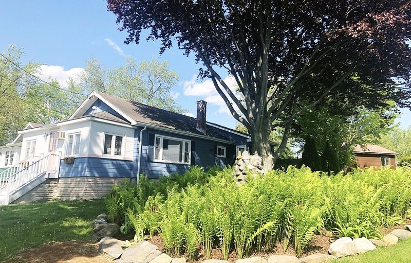 Charming Berkshire Getaway with Scenic Lake Views & Access, holiday rental in Lanesboro