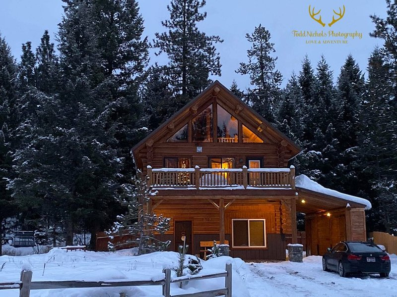 True Log Cabin - The Happy Place - Almost Heaven! CLOSE TO SKIING AND LAKE!!, holiday rental in New Meadows