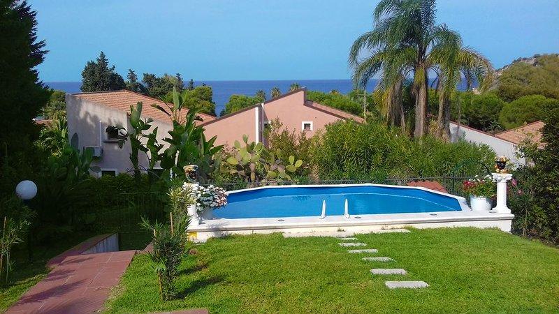 Villa Ele - Pool n Garden, casa vacanza a Agnone