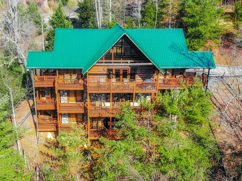 Fire Free Area!  Black Bear Falls Resort/Gorgeous Views/ BIG Buck Lodge, vacation rental in Gatlinburg